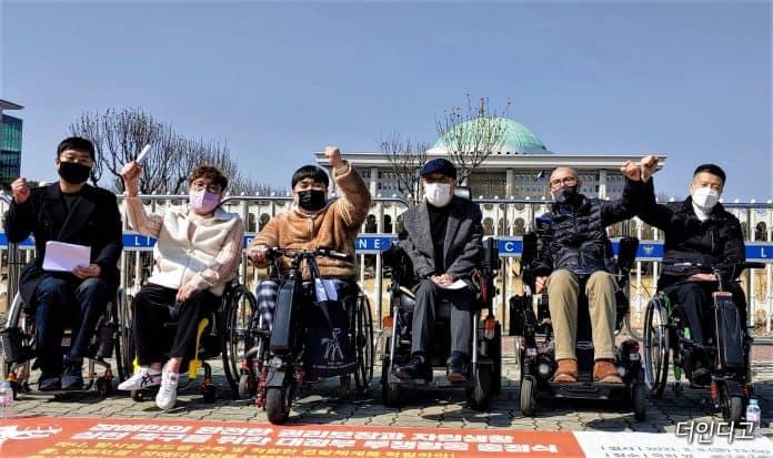 한국장애인자립생활센터총연합회 자립생활권리보장위원회는 5일 국회 앞에서 '장애인의 완전한 권리보장과 자립생활 실현 촉구를 위한 대정부 투쟁활동' 출정식을 가졌다./사진=더인디고