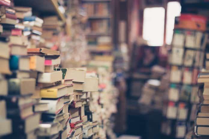낡은 책들이 방 안에 가득 쌓여 있다 / 사진 = 픽사베이
