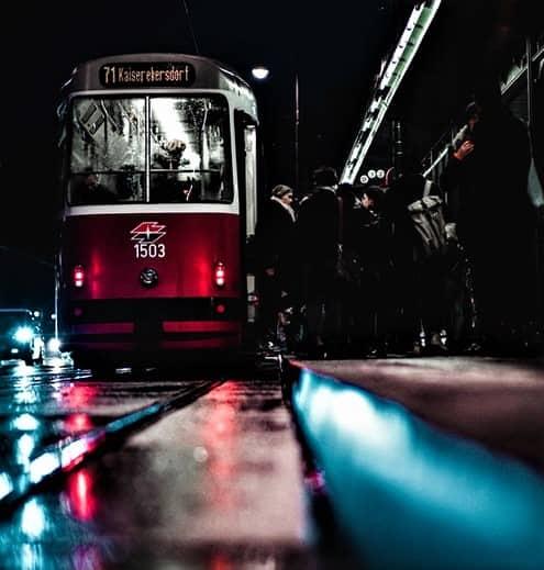 오스트리아 트램에서 사람들이 내리고 있다
