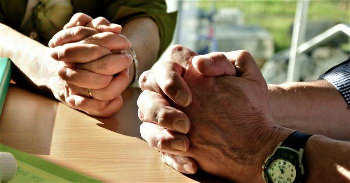 간절히 두손 모아 기도하는 장면