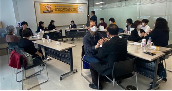 농맹인사업연구회의에 참석한 농맹인들이 촉수화를 통해 대화를 나누고 있는 모습