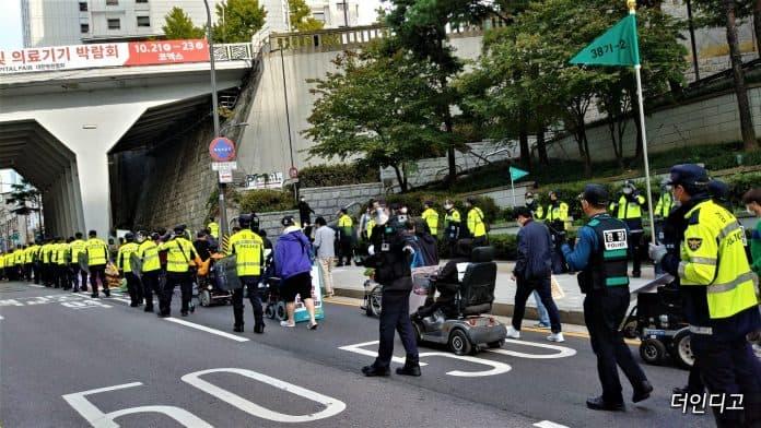 15일 장애인들이 교통약자이동편의증진법 개정 외치며 행진하고 있다