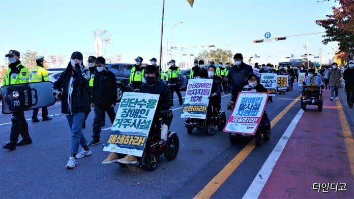 28일 전국장애인차별철폐연대가 '탈시설지원법 제정 및 장애인예산 촉구' 결의대회 후 각 정당에 요구안을 전달하기 위해 행진하고 있다.