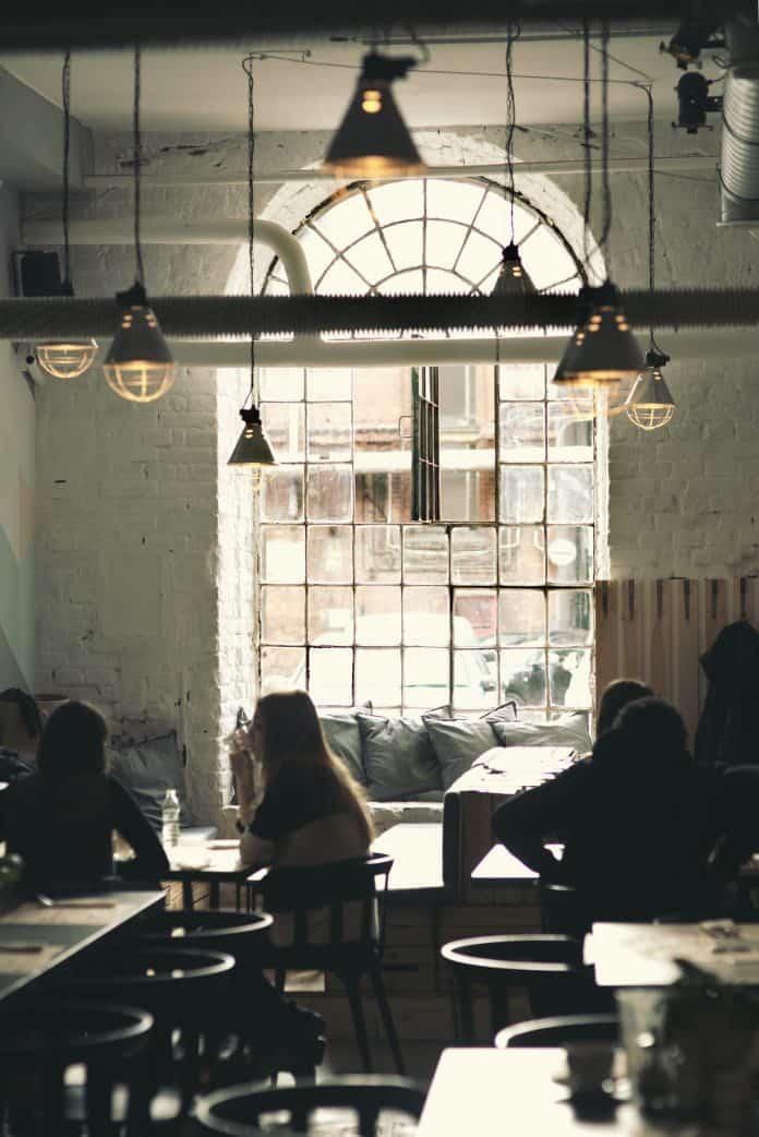 카페 안에서 사람들이 대화를 나누는 모습