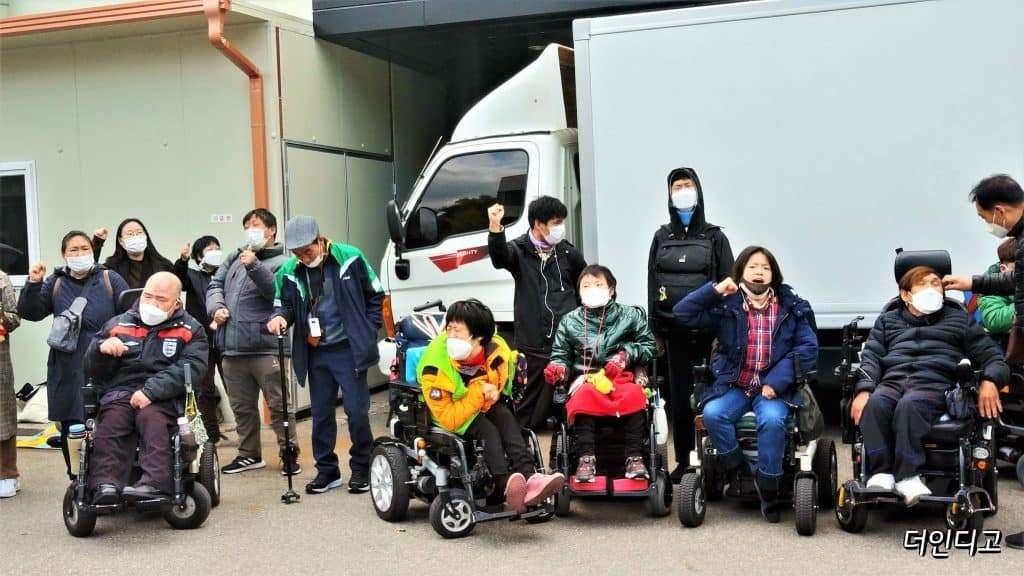 전국장애인차별철폐연대는 9일 서울시 광진구에 위치한 정립전자 앞에서 불법사업에 따른 장애인 정리해고 진상조사 및 한국소아마비협회 관련 이사의 책임을 촉구하는 기자회견을 열었다
