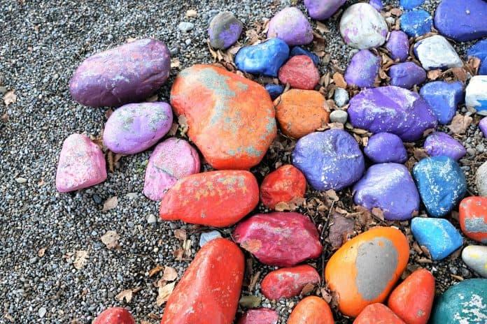 다양한 색의 돌