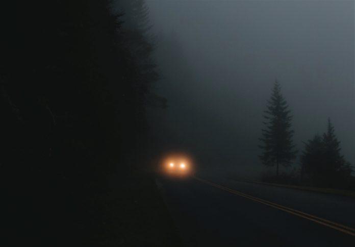 어두운 도로 위 자동차의 전조등 불빛/ⓒunsplash