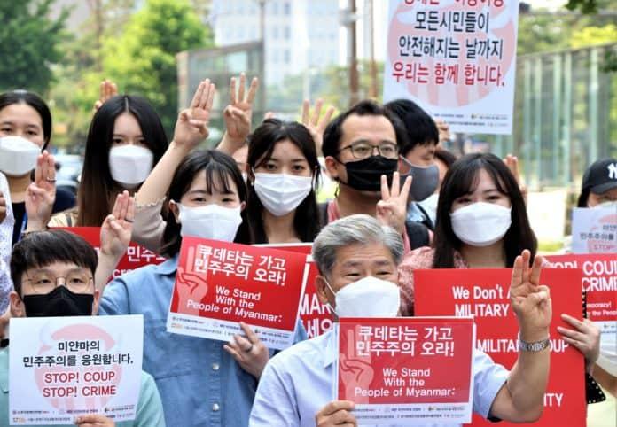 대한민국-미얀마 장애인・시민 연대가 9일 여의도 이룸센터 앞에서 기자회견을 열고 미얀마의 군부 쿠데타의 종식과 민주주의 회복을 위해 불복종 운동의 상징인 '세 손가락 경례'를 했다. /사진=한국장애인연맹