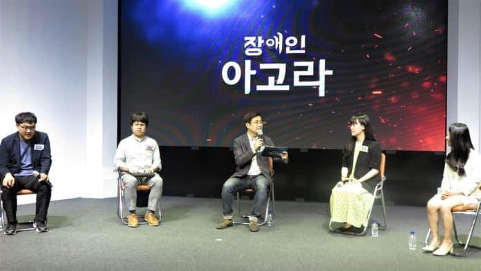 ▲왼쪽부터 김한음 교사, 류창동 교사, 권재현 국장, 최별 교사, 이샛별 교사가 장애인 아고라에서 이야기를 나누고 있다 ⓒ한국장애인단체총연맹