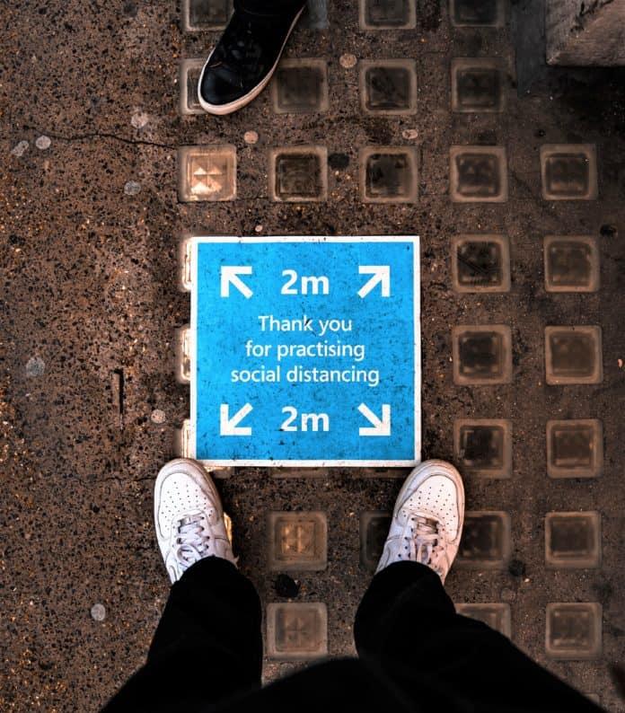 ▲길거리에 '거리두기 사방 2m'가 적힌 안내표시를 위에서 바라보고 있다. /사진=Unsplash