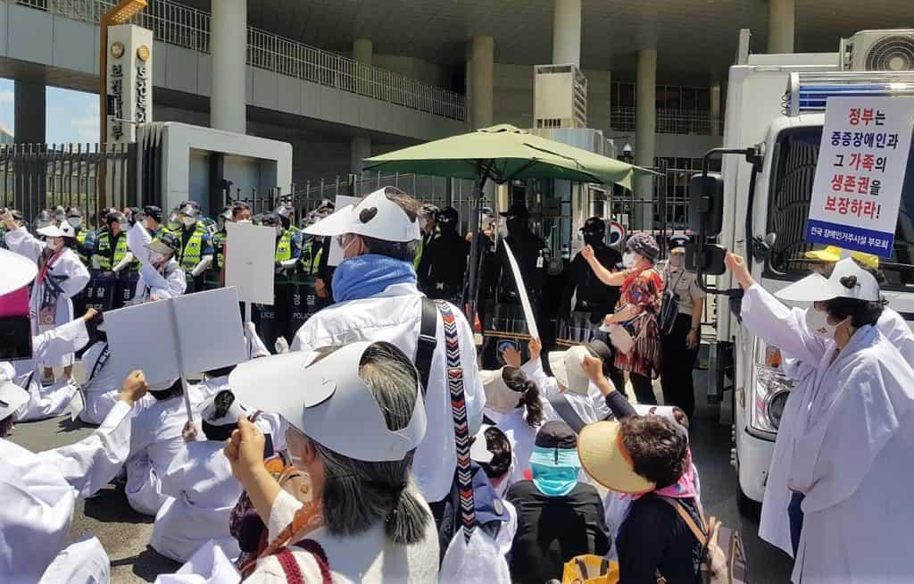 ▲26일 전국의 장애인거주시설 이용자 부모회 회원들은 보건복지부 앞에서 집회를 열고 정부의 탈시설 정채과 로드맵에 반대하는 목소리를 높였다. / 사진 = 집회 차가자