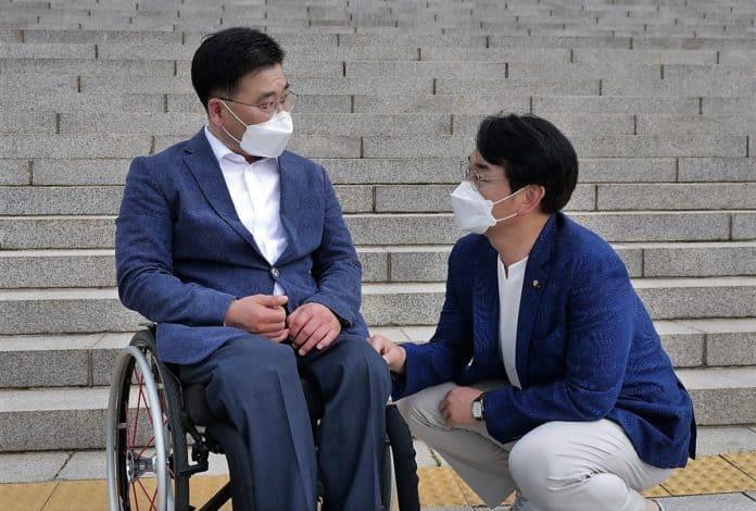 ▲박용진 후보(사진 오른쪽)와 안진환 더불어민주당 서울시장애인위원장과 이야기를 나누고 있다. 사진=박용진 후보 캠프