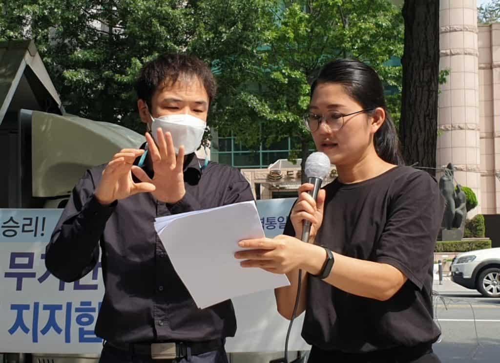 ▲정동환(사진 왼쪽)씨가 수어로 발언하고 있다. /사진=대구차별상담네트워크